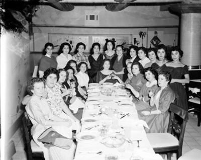 Mujeres en un comedor durante evento social, retrato de grupo