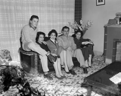 Familia reunida en la sala de una casa