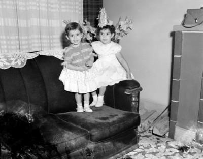 Niños sentados en un sillón, retrato