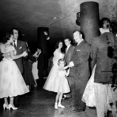 Personas bailan en un salón