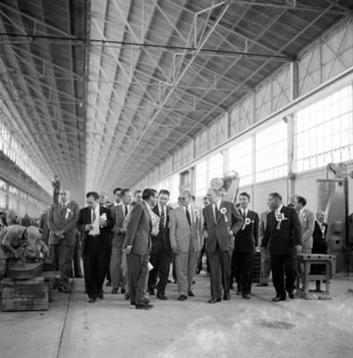 Hombres recorren interior de la fábrica Toyada. durante inaguración