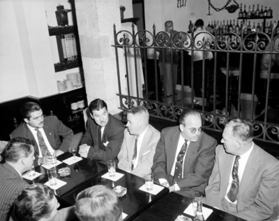 Hombres platican en comedor del restaurante Focolares