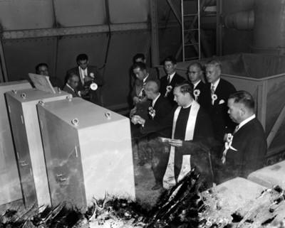 Sacerdote acompañado por ejecutivos bendice máquina de la fábrica TOYODADE MÉXICO, S.A.