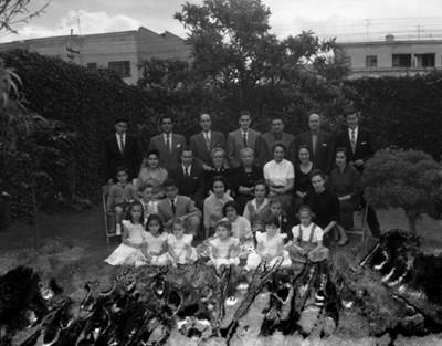 Familia en un patio, retrato de grupo