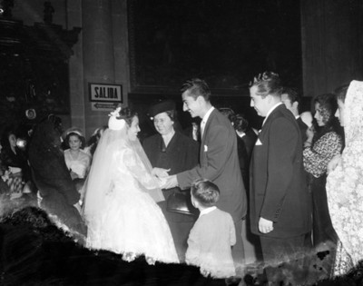 Hombre felicita a novia en ceremonia matrimonial