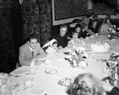 Personas comen en festejo familiar