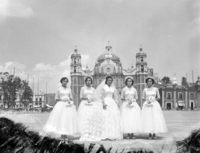 Novia acompañada por otras mujeres en el atrio de la Basílica de Guadalupe, retrato de grupo