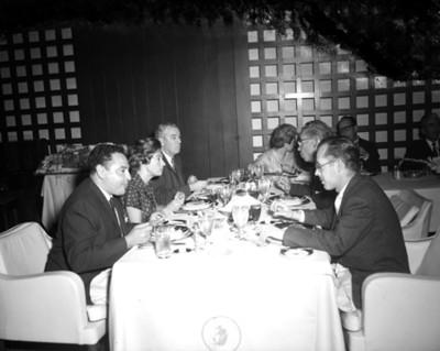 Personas conviven en banquete