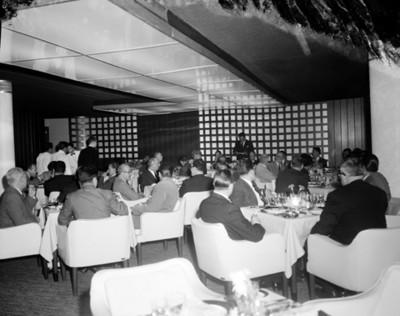 Hombre pronuncia discurso ante invitados durante un banquete