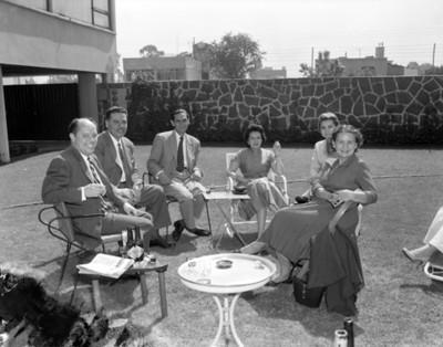 Familia sentada en el patio de una casa, retrato de grupo