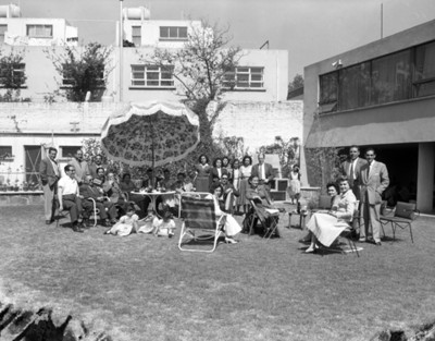 Familia convive en el patio de una casa, retrato de grupo