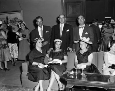 Personas en una sala durante evento social, retrato de grupo