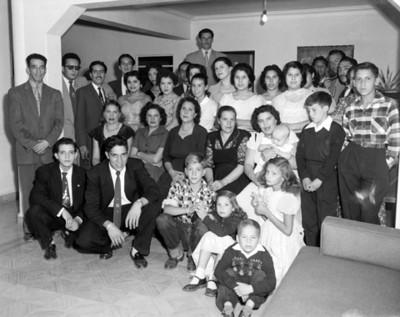 Personas reunidas en la sala de una casa, retrato de grupo