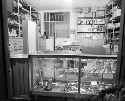 Herramientas y refacciones en estantes de un taller