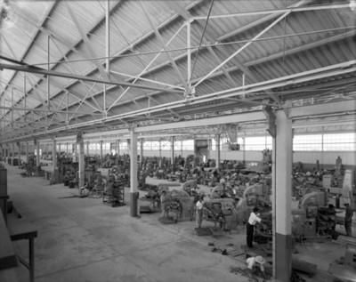Trabajadores durante sus horas laborales en una fábrica