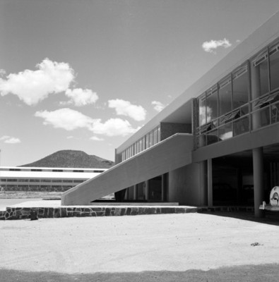 Oficinas de una fábrica, vista parcial
