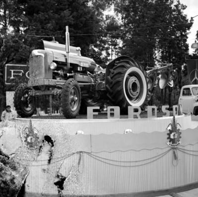 Tractor en exposición en una agencia automotríz
