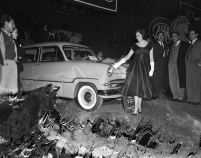 """Modelo muestra al público el automóvil """"COMBI-CAR"""""""