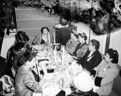 Mujeres reunidas en la mesa de restaurante