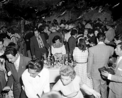 Gente reunida en un salón