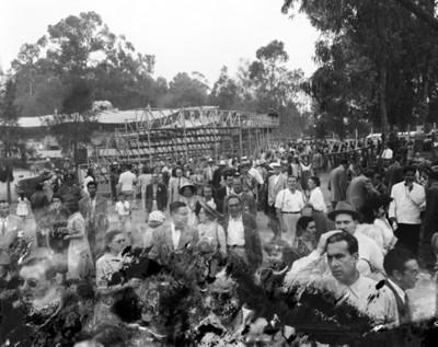 Gente en plaza pública después de exhibición de charrería