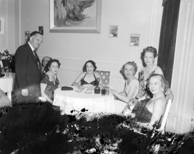 Personas en comedor durante evento social, retrato de grupo
