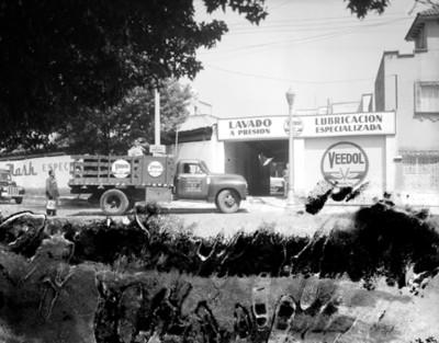 """Camion en la entrada del Taller """"VEEDOL"""""""