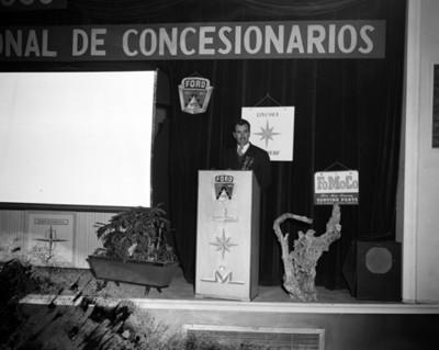 Empresario pronuncia discurso durante convención de concesionarios ford