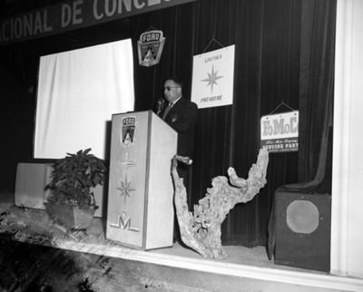 Empresario lee discurso durante convención de concesionarios Ford