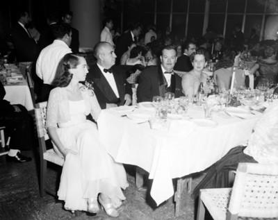 Personas en comedor durante banquete