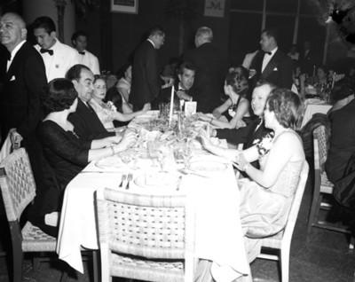 Personas platican en comedor durante banquete