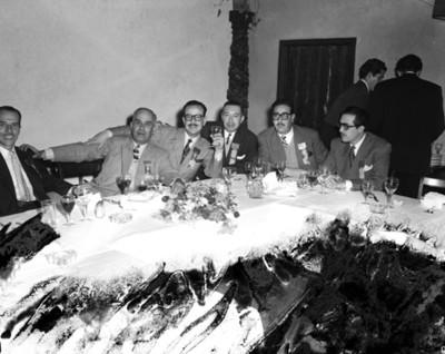 Hombres en comedor durante banquete, retrato de grupo