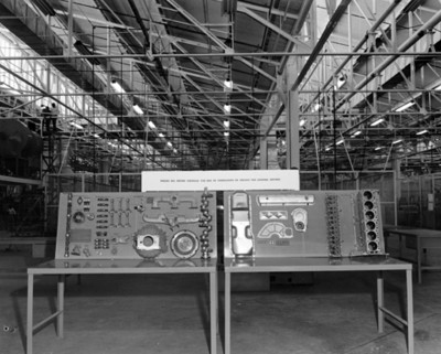 Exhibición de piezas de motor en planta automotriz General Motors