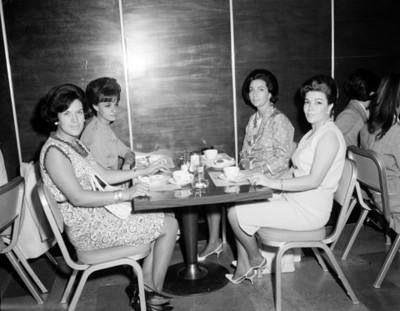 Mujeres en un restaurante, retrato de grupo