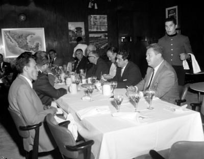 Ejecutivos reunidos en un restaurante