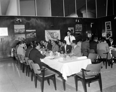 Ejecutivos comen en un restaurante