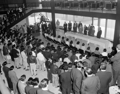 Ejecutivo lee discurso a los asistentes en un salón durante ceremonia