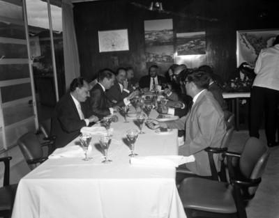 Ejecutivos reunidos platican en un restaurante