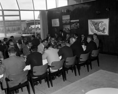 Ejecutivos durante banquete reunidos en un restaurante