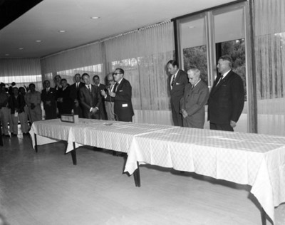 Ejecutivo pronuncia discurso en salón durante ceremonia