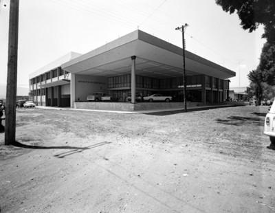 Agencia automotríz fachada, vista lateral