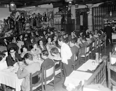 Personas en banquete durante convención de equipos y sistemas contables