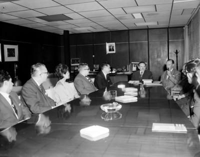 Empresarios en oficina durante una junta