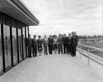 Empresarios en balcón de un edificio, retrato de grupo