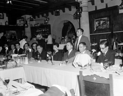 Hombre pronuncia discurso a los asistentes a banquete