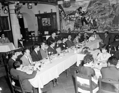 Gente reunida durante banquete en un restaurante