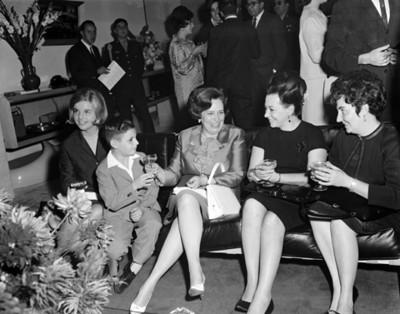 Guadalupe Borja de Díaz Ordaz sentada con otras mujeres y niños durante reunión en un salón