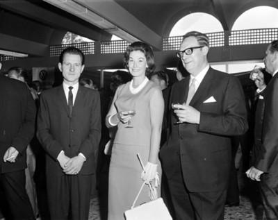 Ejecutivo y mujer durante evento en una agencia automotríz, retrato de grupo
