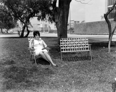Mujer en un parque en una silla, retrato