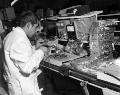 Hombre arma radio en la fábrica Motorola